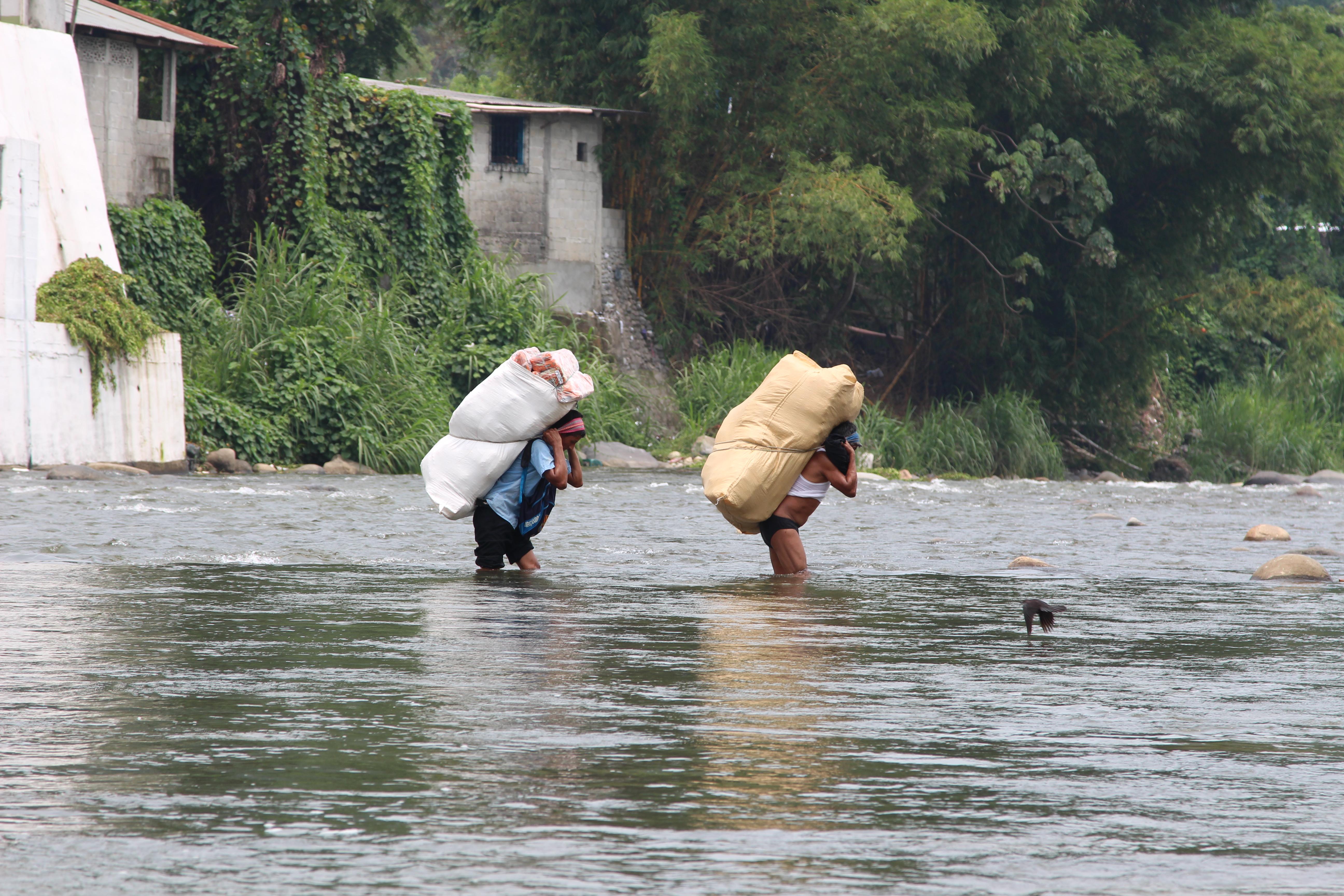 people cross the Rio Suchiate