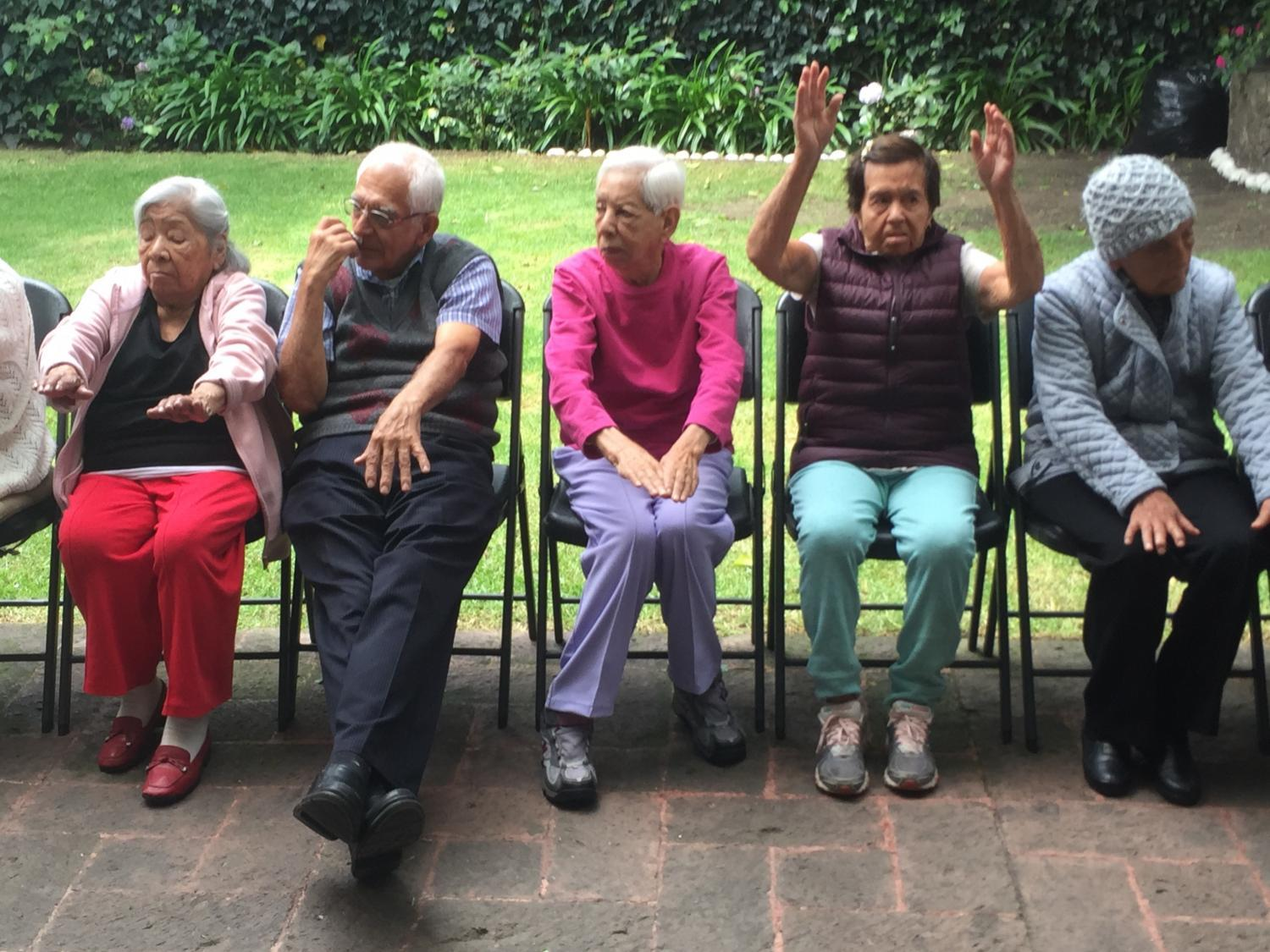 Stretching excercises at Alzheimer México.