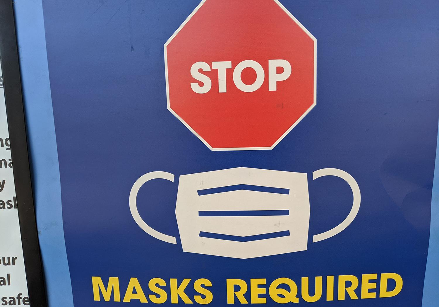 A sign telling customers to wear a mask at an Arizona grocery store